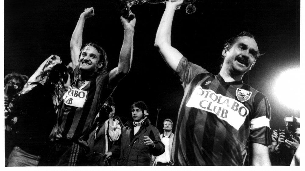 Heinz Hermann et Uli Stielike soulèvent le trophée de champion de Suisse au terme d'une des nombreuses folles soirées des années 1980.