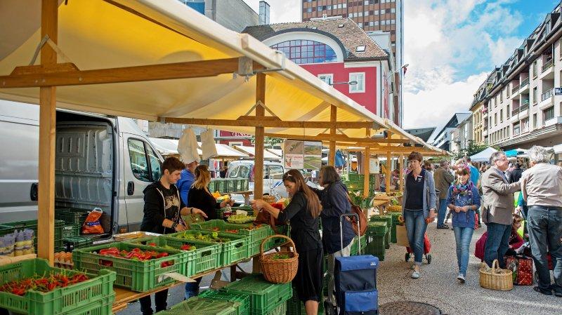Jour de marché habituel sur la place qui porte son nom à La Chaux-de-Fonds.