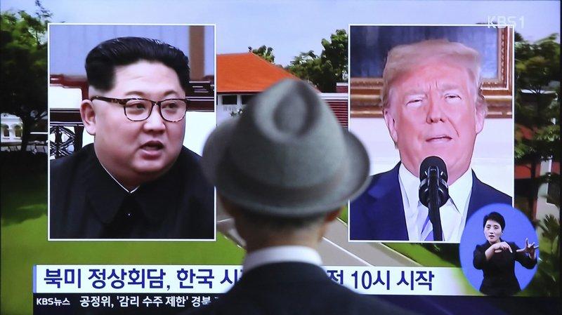 Séoul, quelques heures avant le sommet Kim Jong-un - Trump, un homme regarde un reportage télévisé.