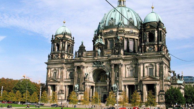 Scène confuse à la cathédrale de Berlin.