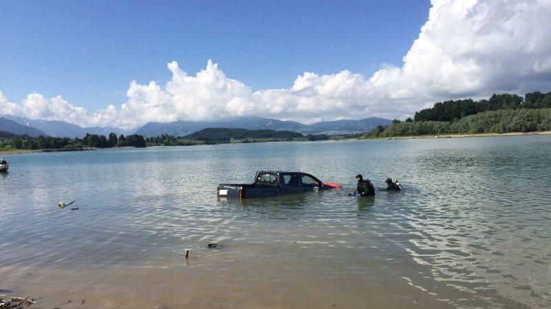 Fribourg: il oublie de tirer le frein à main et sa voiture finit dans le Lac de la Gruyère
