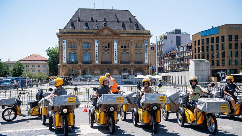 Les facteurs et leurs tricycles électriques à leur arrivée sur la place du Port, en début de cours.