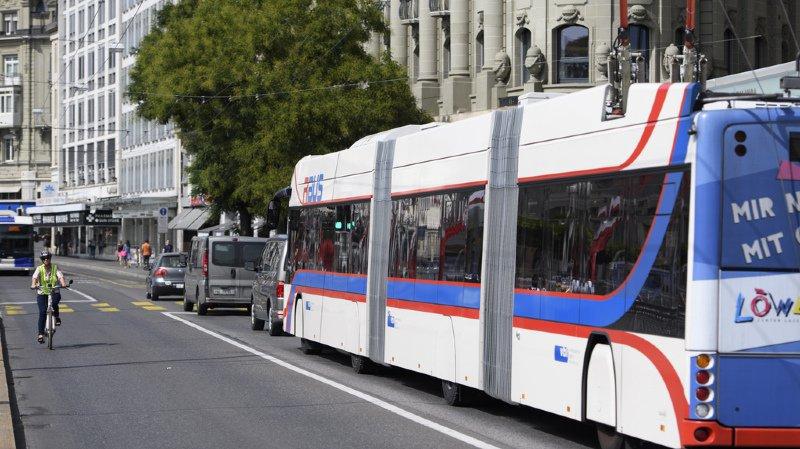 Concernant les bus, la propreté de l'enveloppe extérieure du véhicule, ainsi que celle des portes, des murs de séparation en verre et des fenêtres sont très mal notées. (illustration)