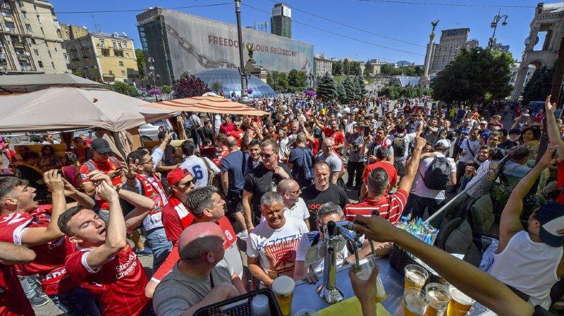 Des milliers de fans de football sont à Kiev ce samedi. L'événement est placé sous haute tension sécuritaire.