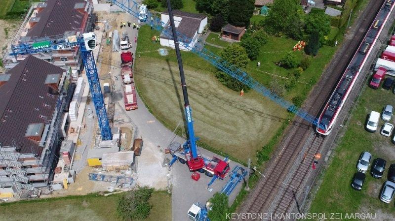 Argovie: une grue de chantier passe à travers le pare-brise d'un train CFF
