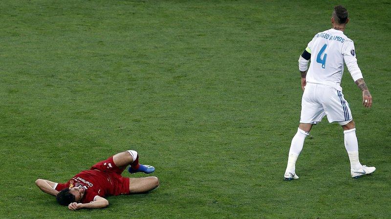 """L'attaquant égyptien Mohamed Salah devrait normalement être indisponible pendant """"trois à quatre semaines"""", selon un des physiothérapeutes de Liverpool."""