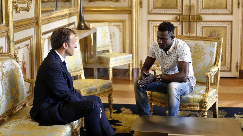 """Les associations d'aide aux migrants en France ont dénoncé lundi l'""""hypocrisie"""" et la """"récupération politique éhontée"""" de la naturalisation de Mamoudou Gassama."""