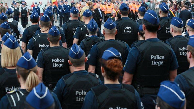 Une fois rassemblé, le cortège, encadré par la police, a démarré pour se rendre devant le funérarium où se trouvent les corps des deux policières.