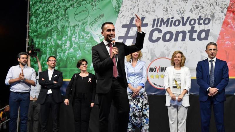 Le chef de file du mouvement antisystème Luigi Di Maio devant des milliers de personnes rassemblées sur la place de la Bouche de la vérité, à Rome.