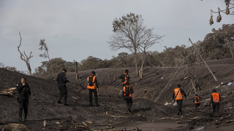 Depuis trois jours, secouristes, policiers et militaires fouillent des amas de débris, de cendres et de roches à la recherche de corps.