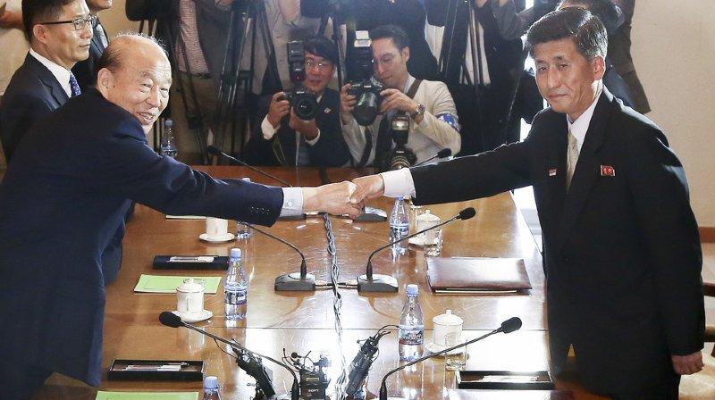 Les Croix-Rouge des deux Corées se sont retrouvées vendredi pour discuter de la reprise des réunions des familles déchirées par la guerre (1950-53).