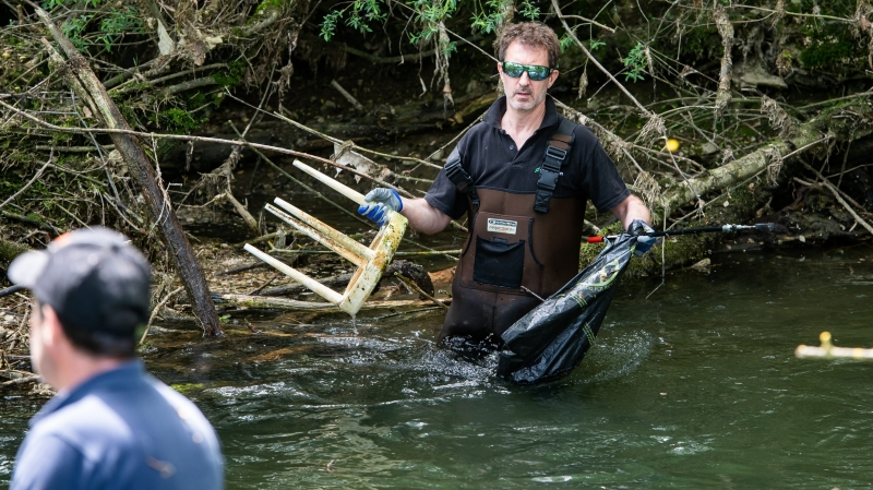 Un interminable inventaire  de déchets dans le lit des rivières