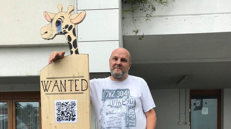 Baladée à travers la ville, la girafe mascotte est de retour au bercail