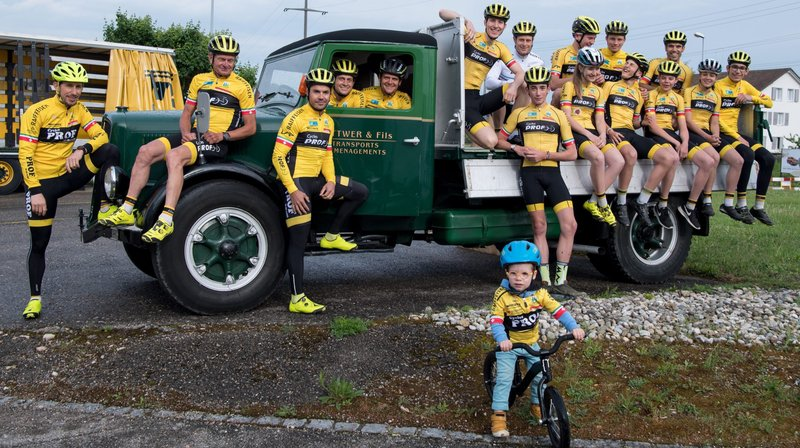 Encore plus de jeunes roulent avec le maillot jaune du Team Prof-Raiffeisen