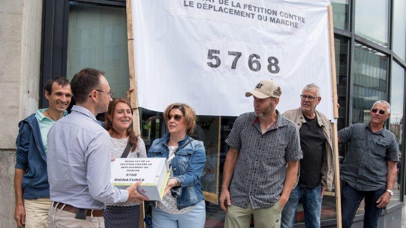 Les pétitionnaires ont remis ce matin les listes contenant 5768 signatures.