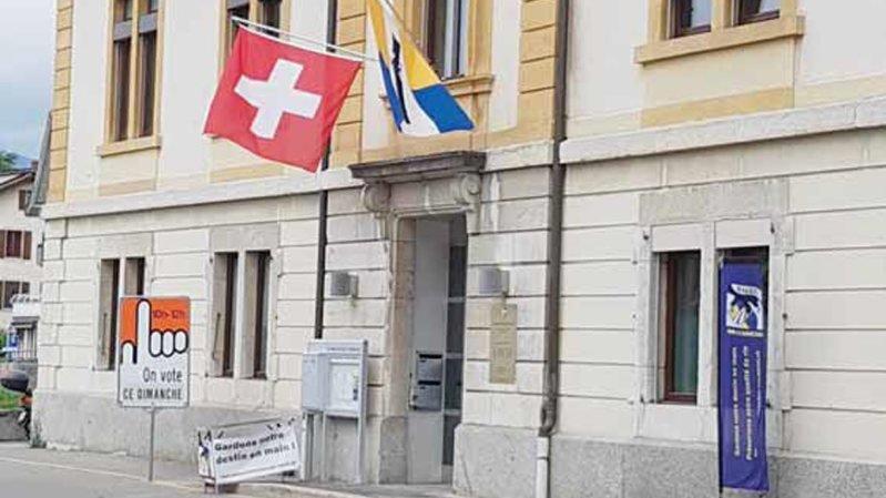 Table et banderoles devant le bureau de vote.
