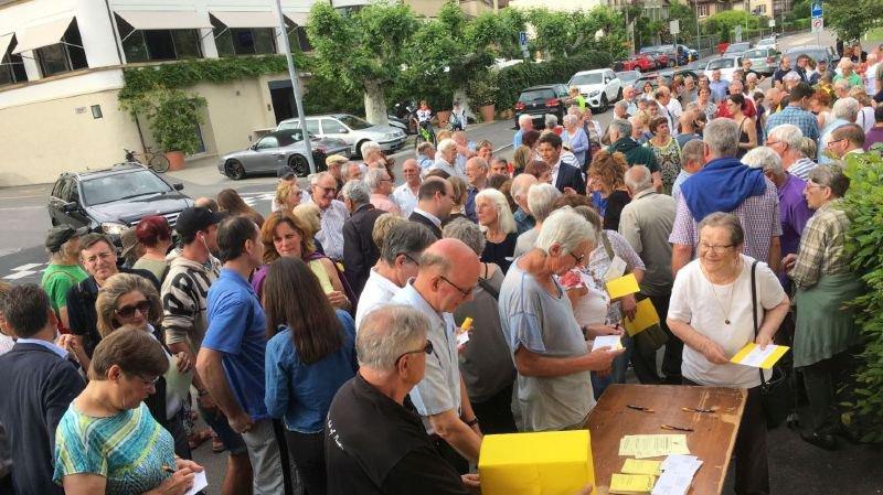 Un grand nombre de citoyens d'Auvernier, mais également plusieurs dizaines d'habitants de Colombier, de Bôle, de Rochefort et d'autres communes du littoral avaient fait le déplacement lundi.