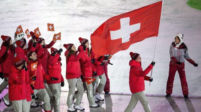 La délégation suisse lors de l'ouverture des Jeux en Corée. Le drapeau n'est pas carré.