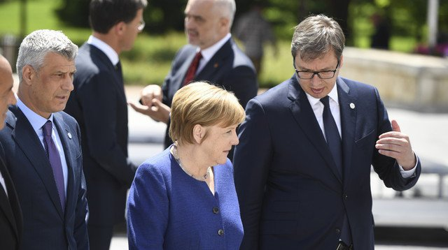 En mai dernier, le président serbe Aleksandar Vucic en conversation avec la chancelière allemande Angela Merkel sous les yeux du Kosovar Hashim Thaci.