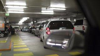 Zurich: la voiture se ferme avec un bébé à l'intérieur, les vitres résistent au marteau et finissent par céder au pied de biche