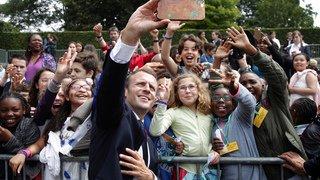 France: le président Emmanuel Macron donne une leçon de politesse à un jeune homme