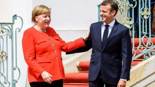 Dans la tempête, Macron  et Merkel affichent leur unité