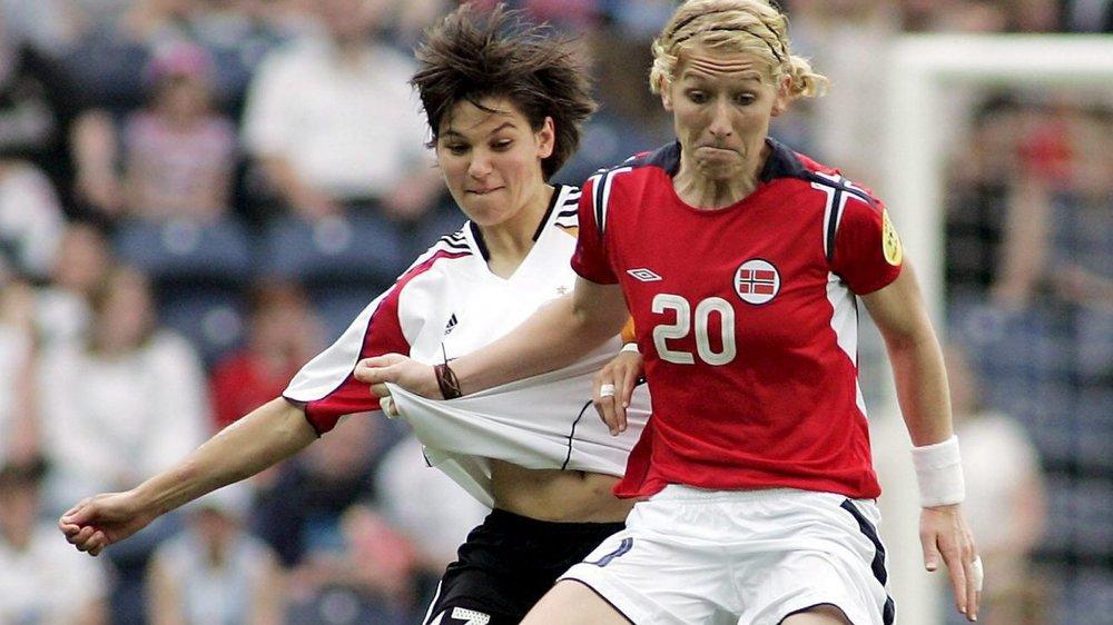 Lise Klaveness (en rouge) était internationale avec la Norvège avant  de devenir commentatrice pour la télévision de son pays.