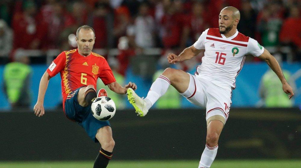 Andres Iniesta (en rouge face au Marocain Noureddine Amrabat) et ses coéquipiers s'attendent à une partie difficile face au pays hôte, capable de belles choses.