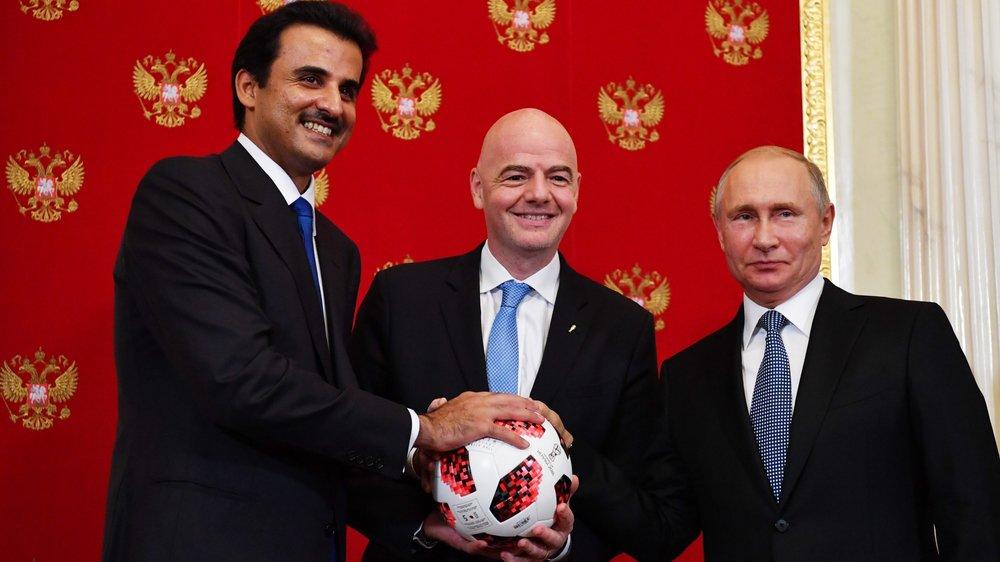Passage de témoin entre le président russe Vladimir Poutine (à droite) et l'émir du Qatar, le Sheikh Tamim bin Hamad Al Thani (à gauche) sous le regard du président de la Fifa Gianni Infantino.