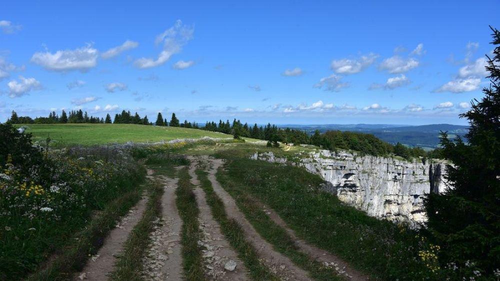 La fréquentation soutenue du site du Creux-du-Van se lit dans les traces laissées aux abords du cirque rocheux.