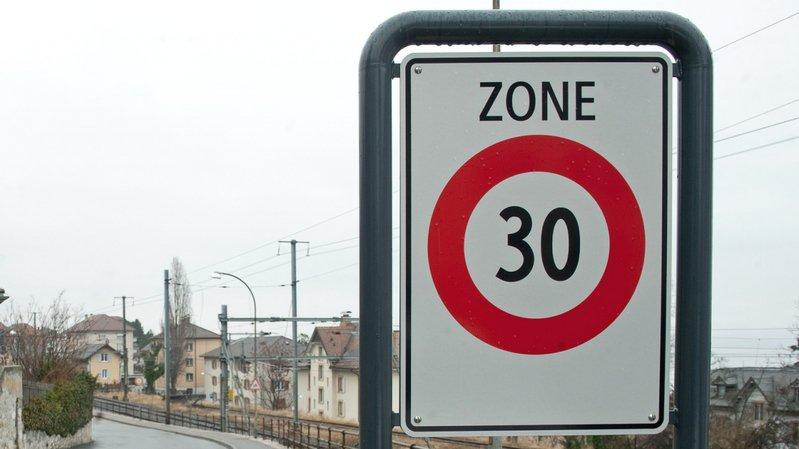 C'est en se prenant un panneau zone 30 (ici à Neuchâtel) que le cyclomotoriste s'est blessé.