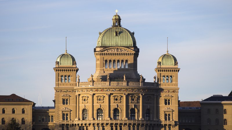 Les partis restent stables à seize mois des élections fédérales.