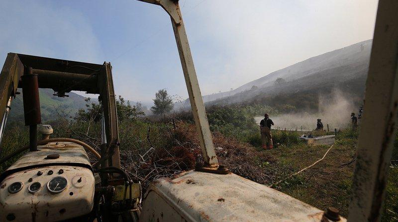 Au total, plus d'une centaine de pompiers et 29 engins ont été déployés pour lutter contre le sinistre, qui s'est étendu sur environ six kilomètres de long.