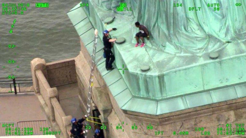 États-Unis: elle gravit la Statue de la Liberté pour protester contre la politique migratoire de Trump