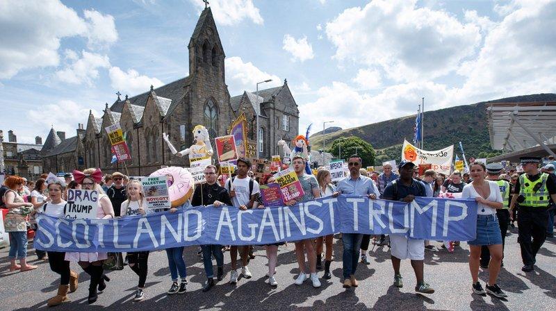 Écosse: des milliers de manifestants défilent contre la visite de Trump au Royaume-Uni