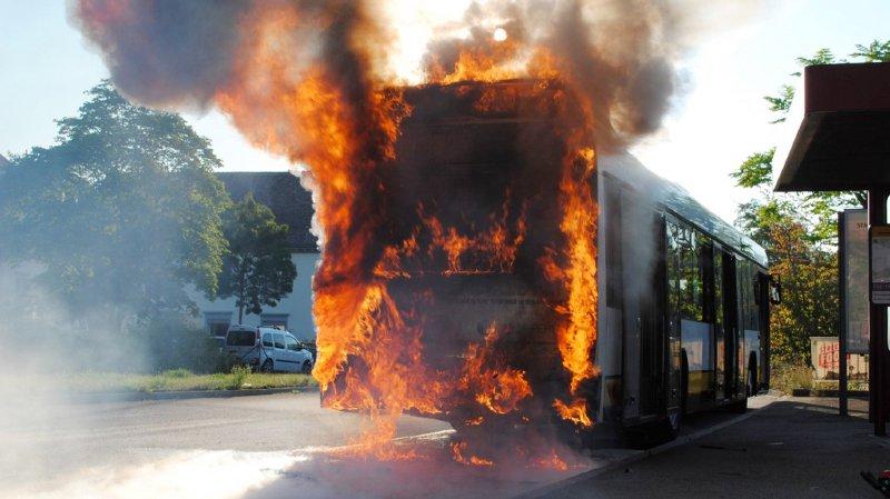 Schaffhouse: un bus de ligne détruit par le feu au centre de la ville