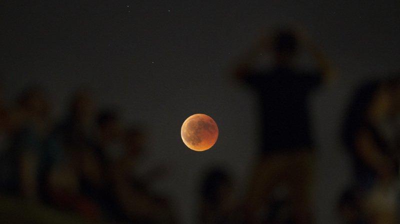 Astronomie: la plus longue éclipse de Lune du siècle observée à travers le monde
