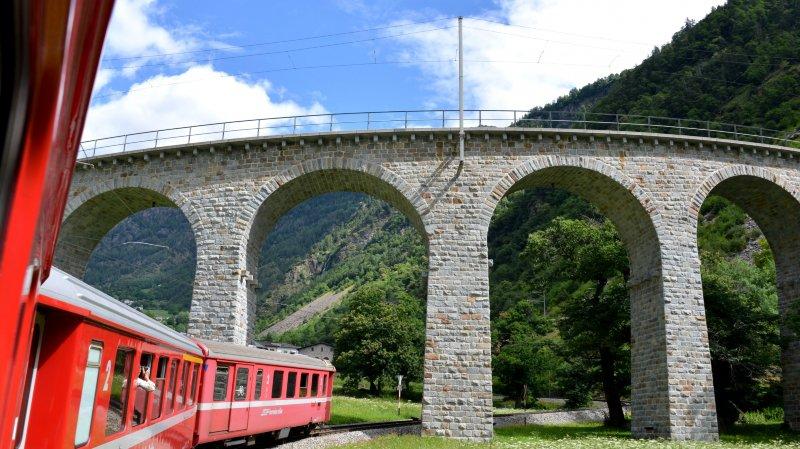 Entre ponts et tunnels, le petit train rouge trace son chemin