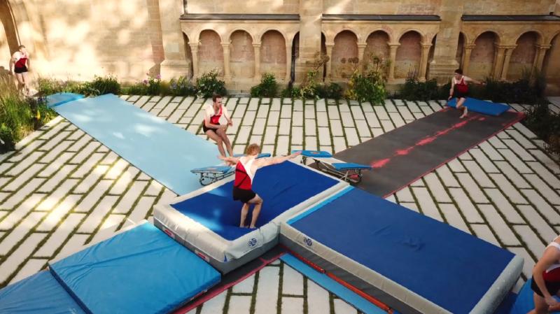 Les gymnastes ont investi la cour de la Collégiale.