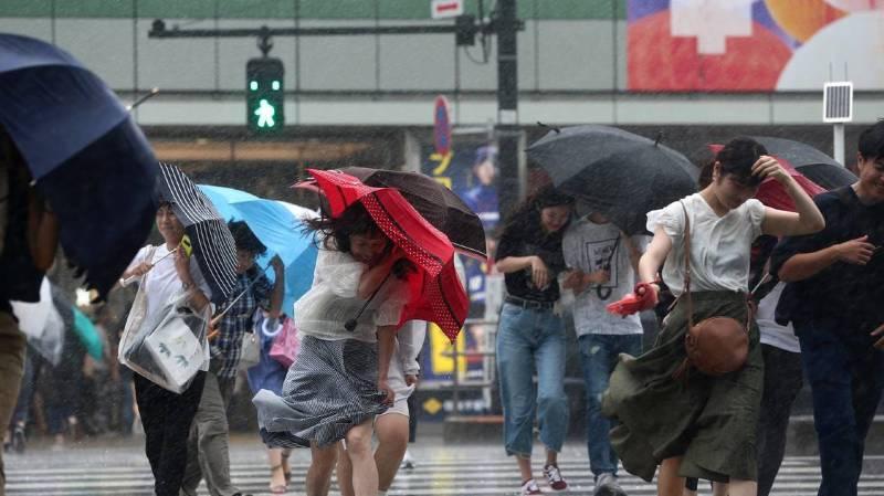 Après des inondations, le Japon subit l'assaut d'un typhon