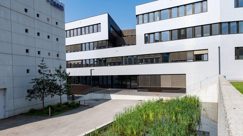 Le bâtiment de Microcity et celui du CSEM, avec sa façade photovoltaïque 100% Swiss made, font partie de la balade.