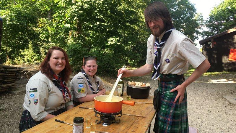 Kirsty Syme, Hannah Drummomd, toutes deux 21 ans, et Alec Sloan, 20 ans (de g. à dr.) ont dégusté une fondue mardi à Neuchâtel.