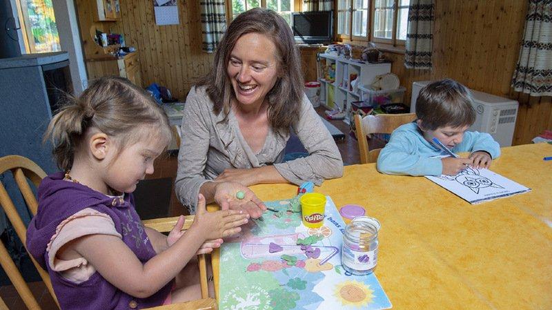 Mayens de Mase le, 27 juin 2018 : Carole Bagnoud, prŽsidente de l'Association valaisanne de l'instruction en famille, ici avec sa fille Naila (3 ans) et son fils Elouan (5 ans et demi) sait de quoi elle parle. Elle donne l'école ˆ la maison.