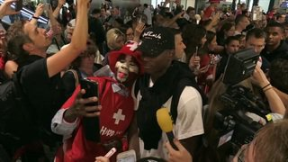Selfies et autographes lors de l'arrivée de l'équipe de Suisse