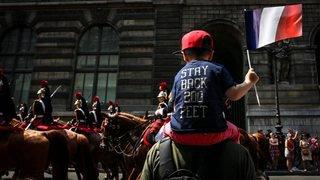 Voitures brûlées et gardes à vue lors de la fête nationale française