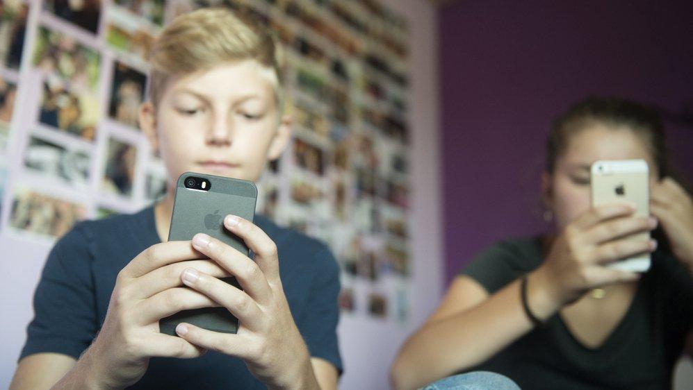 En cours, les écoliers neuchâtelois ne peuvent utiliser leur mobile que pour des emplois à but pédagogique.