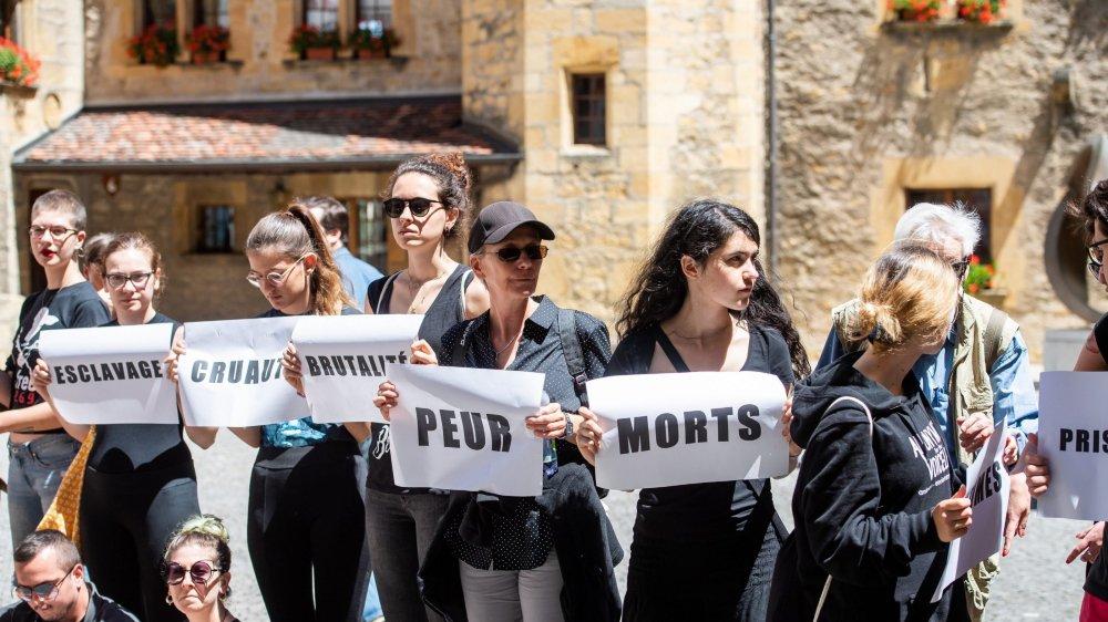 En juin dernier, des membres de l'association Pour l'égalité animale manifestaient au Château contre la halle aux taureaux de Coffrane.