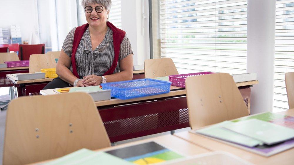 La conseillere d'etat neuchateloises Monika Maire-Hefti dans une salle de classe au collège de Cap-Martin a La Chaux-de-Fonds.