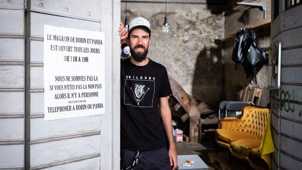 Robin Arnoux gère le magasin de La Plage, installé dans un garage de la rue de la Ronde, à deux pas de la place des Six-Pompes.