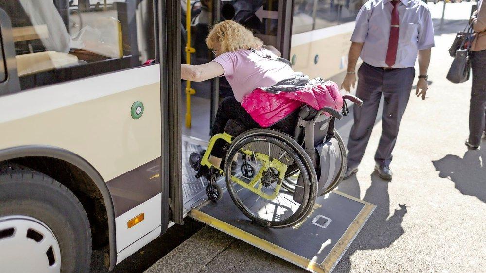 En Suisse, les transports en commun sont, malgré quelques aménagements, encore difficilement accessibles à tous.